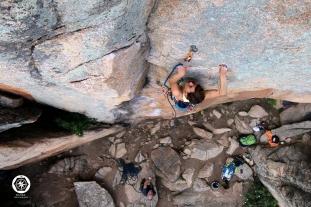 María Bolíbar en el diedro azul del Quebranta, sesión de fotos de escalada.